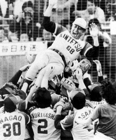 近鉄初のリーグ優勝を果たし、胴上げされる西本幸雄監督=1979年10月、西宮球場
