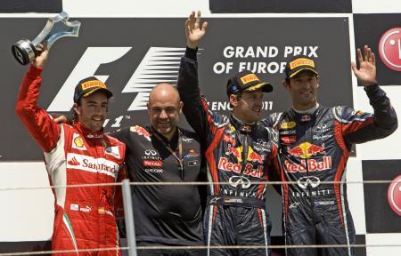 6月の欧州GPで優勝したフェテル(右から2人目)、右に3位のウェバー。来季もこの光景が多く見られるか。