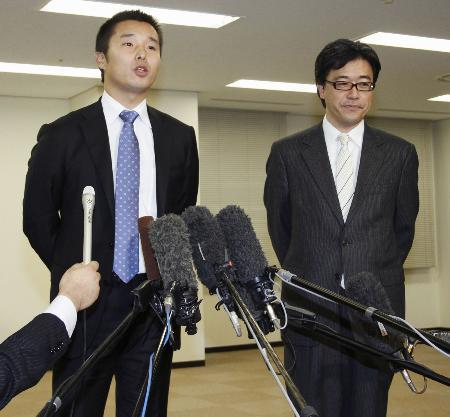 横浜DeNAの春田真新オーナー(右)と池田純新球団社長=2日午後、横浜市内の球団事務所