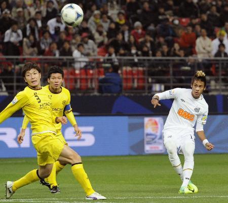 柏―サントス 前半、先制ゴールを決めるサントス・ネイマール(右)=豊田スタジアム