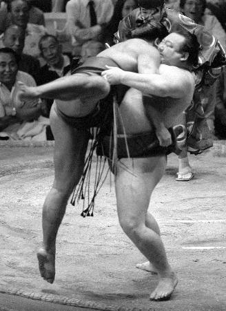 隆の里(右)は千秋楽の全勝対決で千代の富士を破り新横綱としての門出を飾った(1983年秋場所、共同)