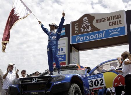前回のダカール・ラリーで初優勝し、喜ぶアルアティア