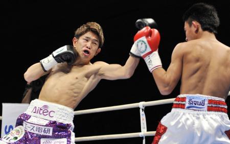 昨年大みそかに、2度目の防衛を果たした井岡一翔(左)