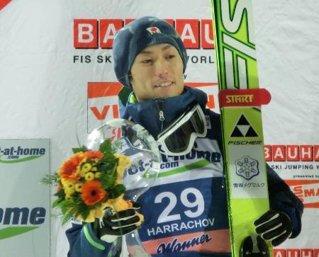 W杯ジャンプ個人第4戦で2位になり、表彰台で笑顔を見せるエースの伊東大貴(2011年12月9日、ハラホフ=チェコ、共同)