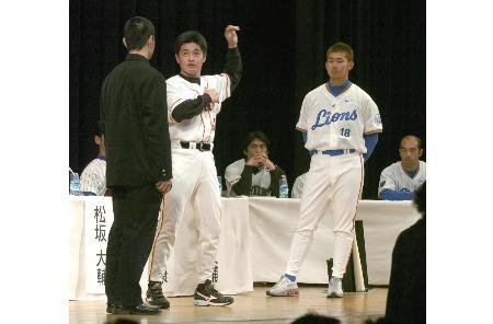 2004年のシンポジウムで高校生を指導する松坂大輔(右)と工藤公康(中央)の両投手。高校生には夢のような経験だった(2004年1月8日、東京の明治神宮会館で。共同)