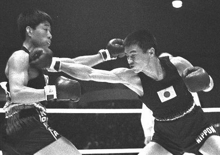 東京五輪ボクシング、バンタム級決勝で戦う桜井孝雄氏(右)
