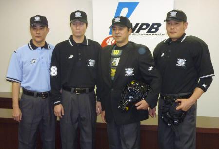 今季のウェア、防具を着用し、ポーズをとる日本プロ野球機構の審判員