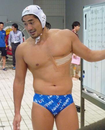 アジア予選を前にチームにあらためて戦術を説明する日本代表の青柳勧主将(2012年1月18日、東京。国立スポーツ科学センター、共同)
