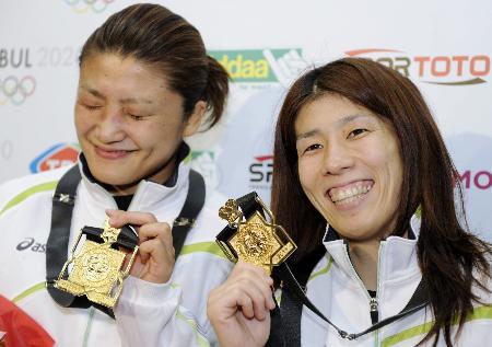 世界選手権の金メダルを手に喜びの吉田沙保里(右)と伊調馨(2011年9月16日、イスタンブール、共同)