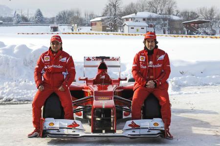 フェラーリのフロントノーズに注目。マッサ(左)とアロンソ。ferrari