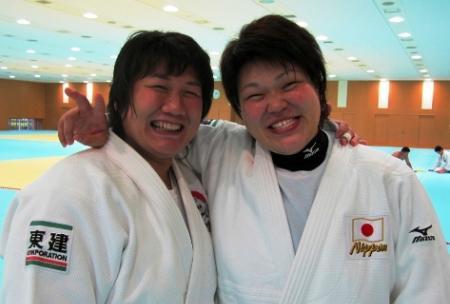 薪谷コーチ(左)と杉本。ともに女子最重量級では小柄で体型も似ているからこそ理解しあえる部分も多い