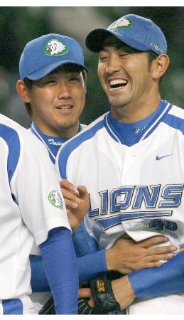 決勝打のG・G・佐藤(右)と喜ぶ西武の松坂