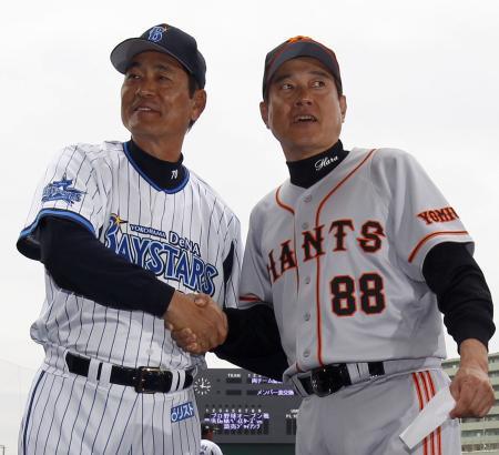 試合前、握手するDeNA・中畑監督(左)と巨人・原監督