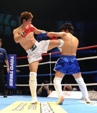 2009年のK-1甲子園で闘うHIROYA(左)。ヘッドガードなしでいいのか