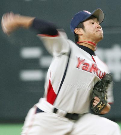 球界屈指の本格派・由規の力感あふれる投球フォーム(2012年3月4日、札幌ドーム、共同)