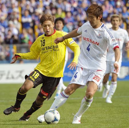 「シャツ出し」同士で激しく競り合う柏・田中(左)と横浜M栗原(今季開幕戦から、共同)