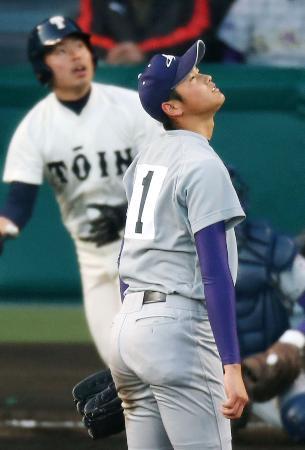 7回表、大阪桐蔭の田端(左)に2点本塁打を浴び、うつろな表情で打球の行方を追う大谷投手(2012年3月21日、甲子園、共同)