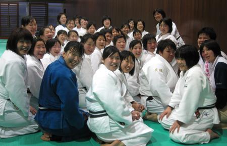 笑顔を見せる仙台大女子柔道部の選手たち