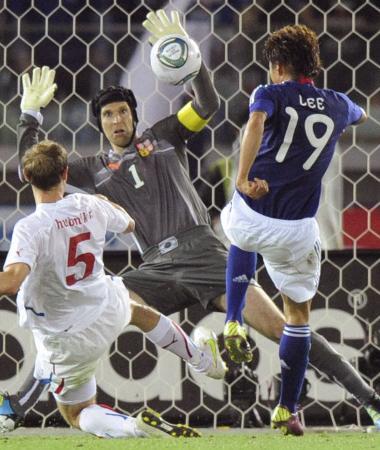 日本ーチェコ戦でシュートを阻止するチェフ=2011年、キリンカップ