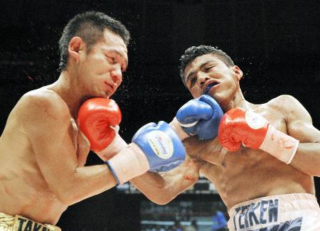 2009年7月のWBAミニマム級世界戦でゴンサレス(右)と打ち合う高山勝成