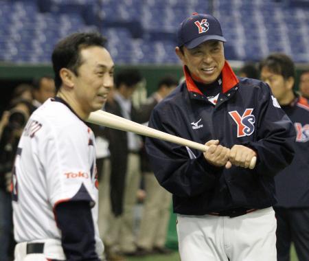 宮本(左)と話すヤクルト・小川監督