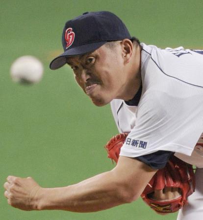 鬼の形相で今季2勝目、通算212勝目を挙げた46歳の山本昌投手(2012年4月30日、ナゴヤドームでのDeNA戦から、共同)