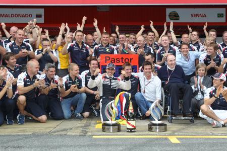 マルドナド(中央でガッツポーズ)の優勝を喜ぶウィリアムズ・チーム(Williams F1)