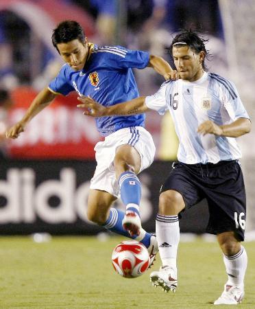 国際親善試合の日本対アルゼンチン戦でプレーするアグエロ(右)