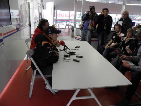 フランスGPで今季限りの引退を表明するストーナー(左手前)