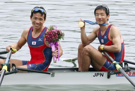 アジア予選で快勝して五輪出場を決めた武田大作(左)と浦和重(4月29日、韓国・忠州、共同)