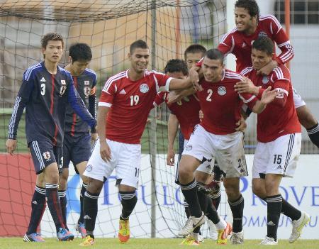 トゥーロン国際日本-エジプト戦で、決勝ゴールを喜ぶエジプトのイレブンと、ぼうぜんとする扇原(左端)ら
