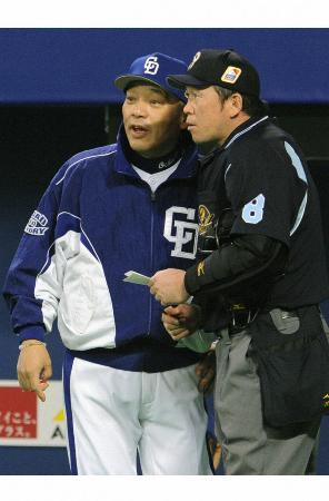2007年の中日―日本ハムの日本シリーズ第5戦で、山井から岩瀬への交代を告げる落合監督(左)