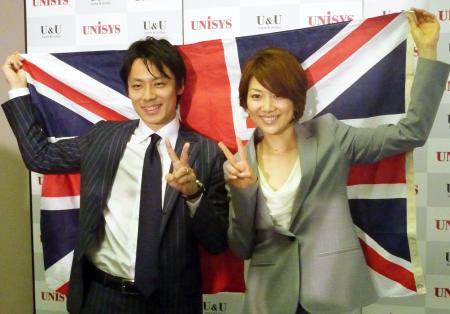 英国旗を背にメダルへの思いを込める池田信太郎(左)と潮田玲子(5月1日、東京都江東区、共同)