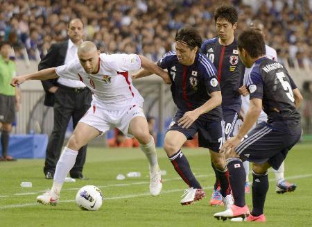 ヨルダン戦でプレスをかける(右から)長友、香川、遠藤ら=8日、埼玉スタジアム