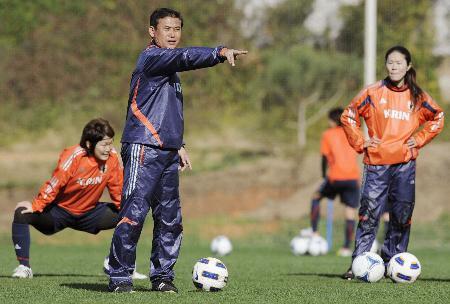 練習で選手に指示を出す佐々木監督(左から2人目)=3月3日、ポルトガル・ビラモウラ(共同)