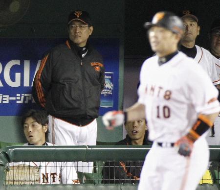 ベンチでさえない表情の原監督(左から2人目)=6月22日、長野(共同)
