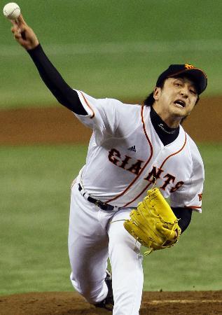 筋力トレーニングの効用を信じて疑わず力投する沢村投手(6月8日の西武戦、共同)
