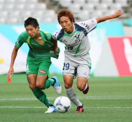 東京V―鳥取 前半、競り合う東京V・高橋(左)と鳥取・福井=15日、味スタ(共同)