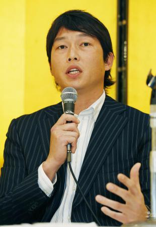 記者会見する日本プロ野球選手会の新井貴浩会長=20日、大阪市(共同)