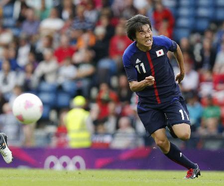 日本―スペイン 後半、必死にボールを追う永井=26日、ハムデンパーク(共同)