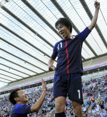 日本―モロッコ 後半、決勝ゴールを決め、腕を突き上げ喜ぶ永井。左下は斎藤=セントジェームズパーク(共同)