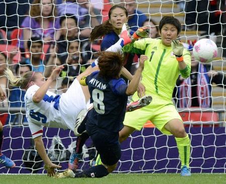 日本―フランス 後半、フランスの猛攻を懸命に防ぐGK福元(1)ら日本イレブン=6日、ウェンブリー競技場(共同)