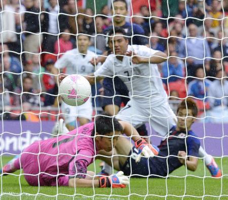 日本―メキシコ 試合終了間際、コルテス(7)に3点目のゴールを決められるGK権田。右下は山口=ウェンブリー競技場(共同)