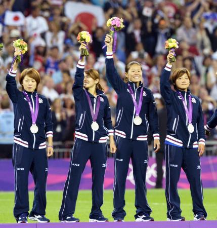 サッカー女子で銀メダルを獲得し、観客の声援に応える(左から)宮間、川澄、沢、大野=10日、ウェンブリー競技場(共同)