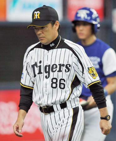 投手交代を告げてさえない表情でベンチに戻る阪神・和田監督=10日、京セラドーム