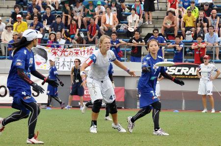 日本は持ち味の正確で素早いパス交換で米国選手(中央)を苦しめ世界一の座に就いた。(2012年7月14日、堺市サッカー・ナショナルトレーニングセンター、小林陽彦撮影)