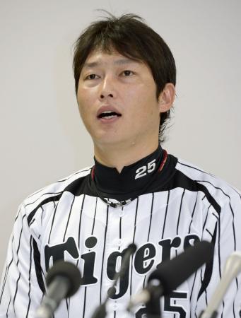 第3回WBCへの参加を表明する日本プロ野球選手会の新井貴浩会長=4日午後、兵庫県西宮市