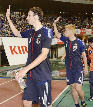 試合後、サポーターの声援に応えるハーフナー(左)と本田=東北電