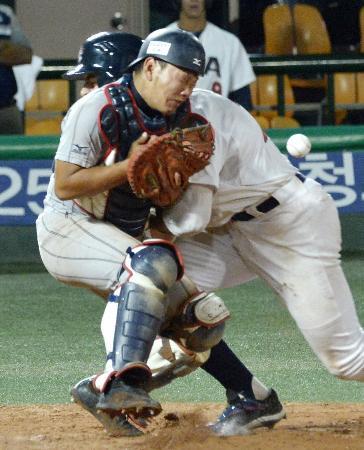 18U世界野球選手権米国戦の7回、勝ち越しの生還をした走者と交錯する捕手森=7日、ソウル(共同)