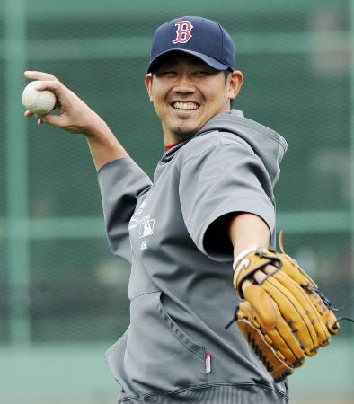 笑顔でキャッチボールする松坂大輔(9月23日、共同)